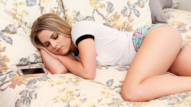 Молоденькая блондиночка Обри Синклер занимается чувственным сексом со своим любовником