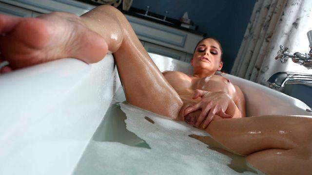 Похотливая красотка Кэти Хэвен в ванной заполучила длинный член своего любовника