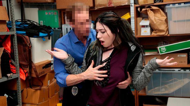 Охранник магазина страстно оттрахал в подсобке молодую Амилию Оникс