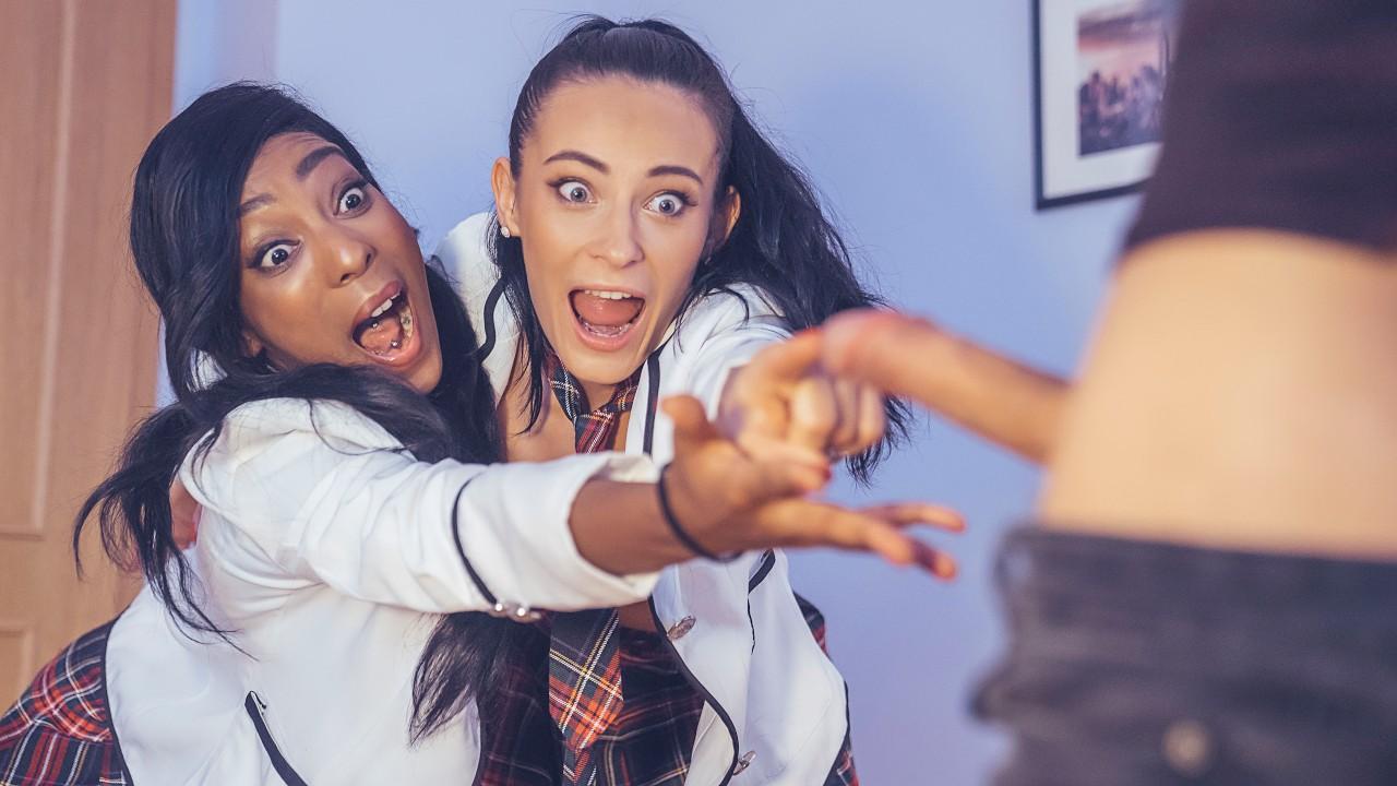 Молодая брюнетка и ее темнокожая подружка трахаются с горячим парнем