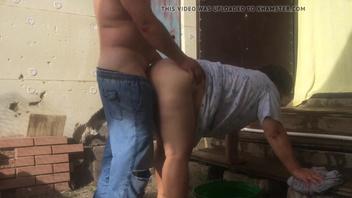 Русскую бабу толстуху раком во дворе